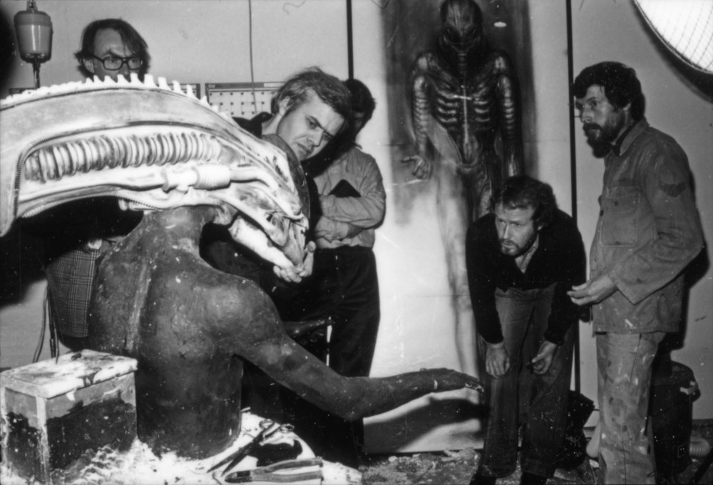 alien-1979-003-h-r-giger-model-ridley-scott-and-production-crew-00n-sog